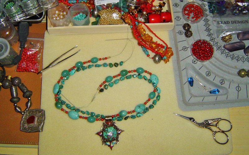 Arbeitsplatz für Beading, Perlenfädeln und Kreativität